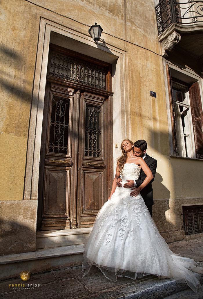 Μια χαρακτηριστική φωτογραφία από το γάμο της Αθηνάς και του Γιάννη, στην Πλάκα